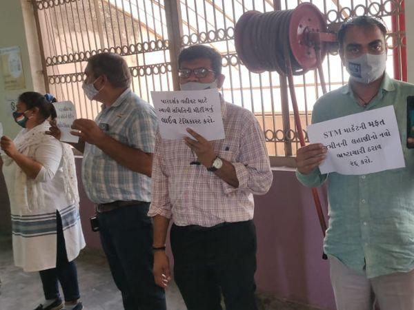 bjp accused of silent protest in surat municipal corporation office increase in market lease » Trishul News Gujarati Breaking News surat, આમ આદમી પાર્ટી, સુરત