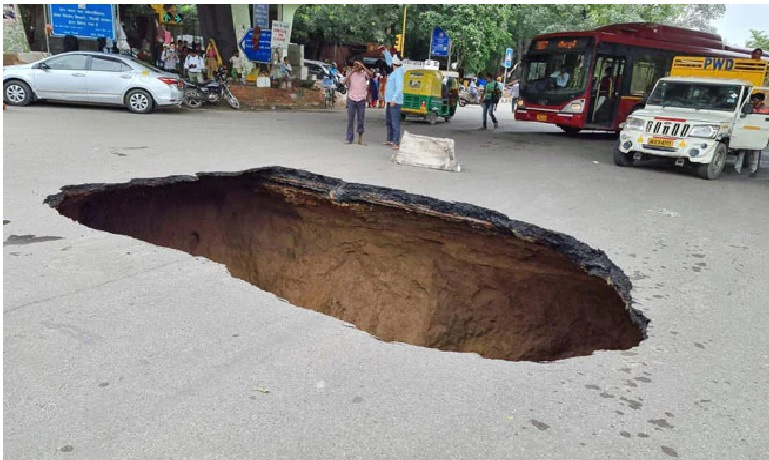 iit flyover the road turned into a cave big accident averted see the frightening scene in the pictures trishulnews1 - Trishul News Gujarati Breaking News