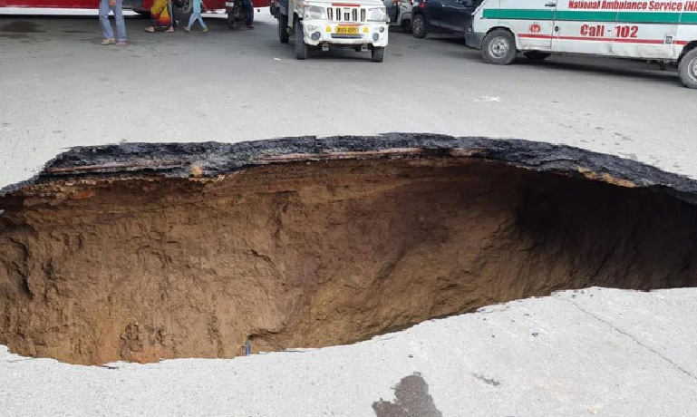 iit flyover the road turned into a cave big accident averted see the frightening scene in the pictures trishulnews2 - Trishul News Gujarati Breaking News