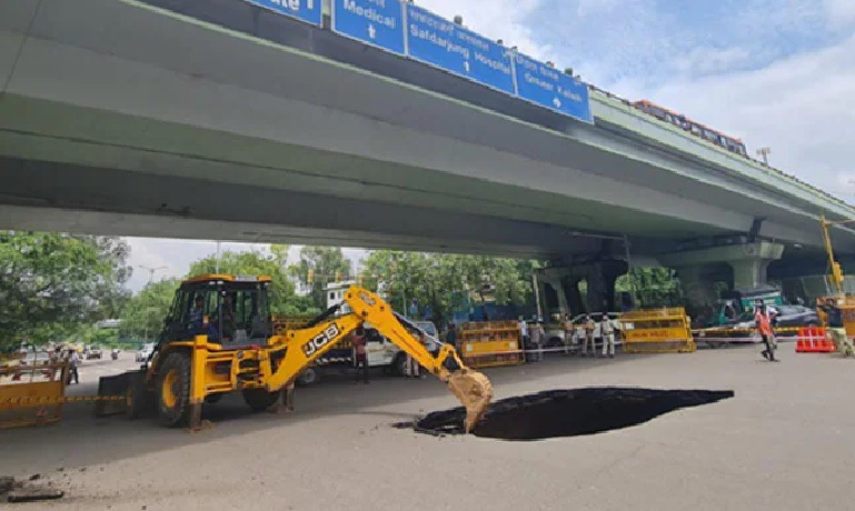 iit flyover the road turned into a cave big accident averted see the frightening scene in the pictures trishulnews3 - Trishul News Gujarati Breaking News