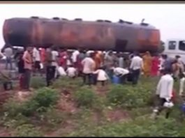 on the chotila highway an oil tanker overturned and people rushed to get oil trishulnews » Trishul News Gujarati Breaking News