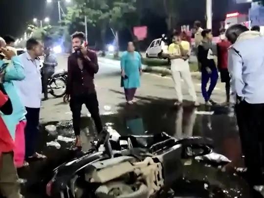 alcohol on road after accident between a car and a scooter on the road in vadodara1 - Trishul News Gujarati Breaking News gujarat, vadodara, ગુજરાત, દારુ, વડોદરા